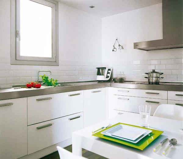 Una cocina en blanco luminoso - Estudio Idees d'Espai